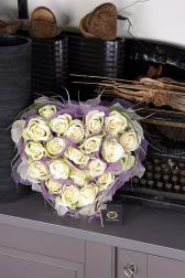 Композиция цветов из чудесных белых роз - Невинное сердце
