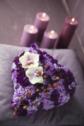 Композиция цветов из гвоздик и орхидей - Фиолетовый мусс