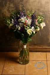 Букет с ирисами и лизиантусом - Античный сад