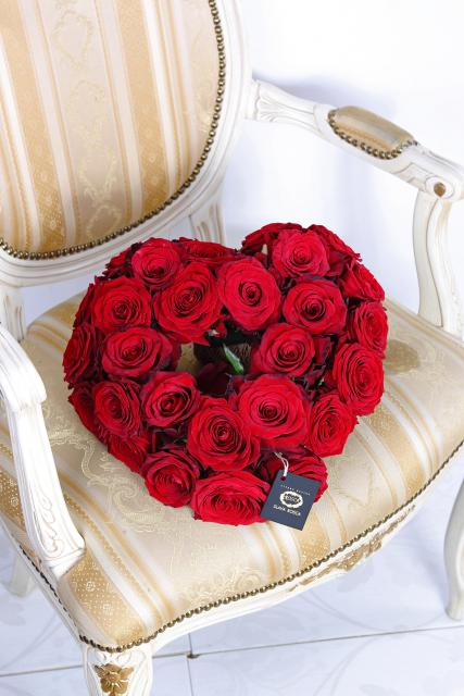 Композиция цветов из чувственных красных роз - Сердце из красных роз