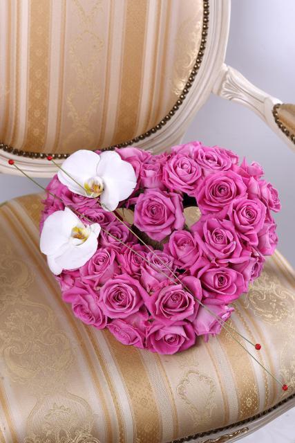 Композиция цветов из роз Аква и орхидей - Сердце на двоих