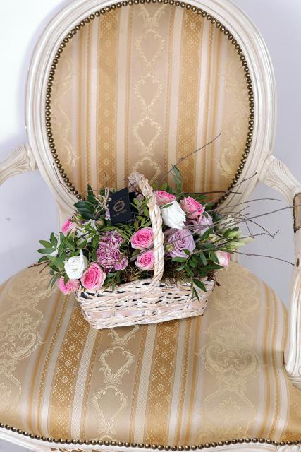 Композиция цветов корзина гвоздик и роз - Детское желание
