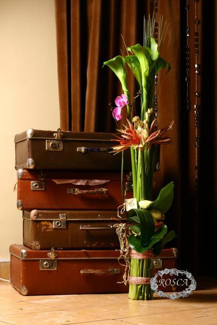 Букет с лютиками и орхидеями - Сезон дождей