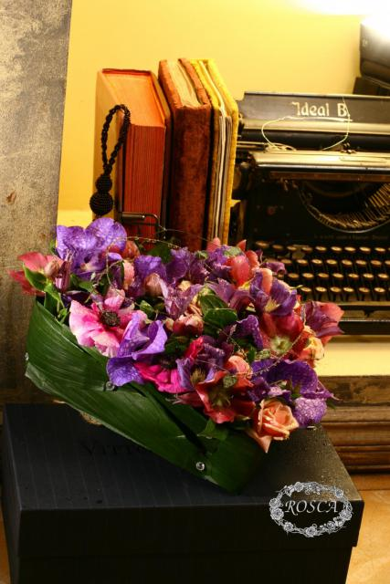 Композиция цветов из орхидей, анемон и роз - Незабываемый поцелуй
