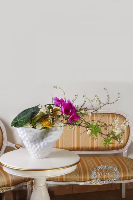 Композиция цветов с розами и жасмином - Полет бабочки